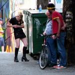 Drogensüchtige auf amerikanischer Straße / Quelle: Wikimedia Commons