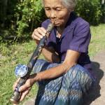 Eine asiatische Drogenkonsumentin raucht Opium | Bild (Ausschnitt): © Digitalpress  - Dreamstime