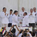 FARC Friedensvertrag Der kolumbianische Präsident Santos und der Ex-Chefkommandant der FARC Londoño bei der Unterzeichnung des historischen Friedensvertrags.   Bild (Ausschnitt): ©  Presidencia El Salvador [CC0 1.0]  - Flickr