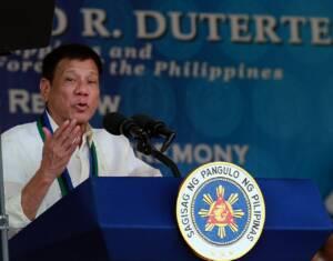 Unter Dutertes Regierung werden Menschen, die unter Verdacht stehen Drogen zu konsumieren, wie Verbrecher behandelt. Gleichzeitig untergräbt der Präsident gezielt demokratische Strukturen und weitet seine eigene Macht im Land aus.